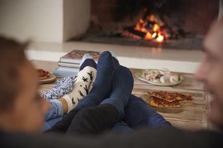 家族が暖炉のそばに座ってリラックス、足のクローズ アップ 写真素材