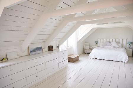 美しい光と風通しの良い白い寝室のインテリア ビュー