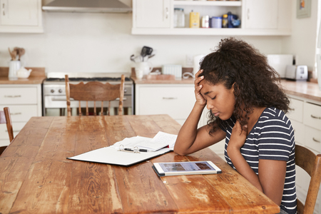 집에서 디지털 태블릿을 사용하는 줄에서 괴롭힘을당하는 십대 소녀
