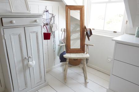 ミラーとスタイリッシュな寝室の家具のクローズ アップ