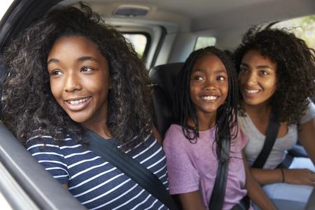 도로 여행 차에 십 대 자녀와 함께 가족