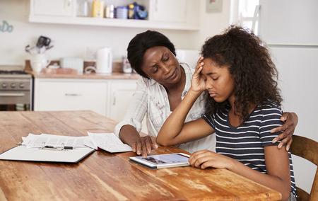 어머니는 숙제로 십대 딸을 강조했다.