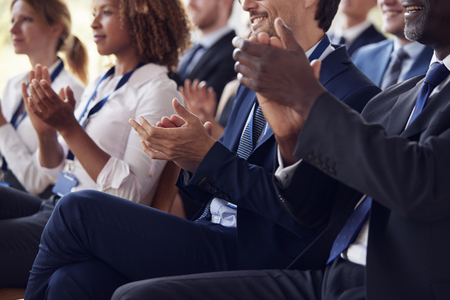 ビジネスセミナーでの拍手喝采オーディエンスの中間セクション