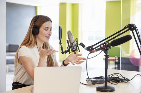Het jonge vrouw uitzenden in studio het gesturing, sluit omhoog Stockfoto