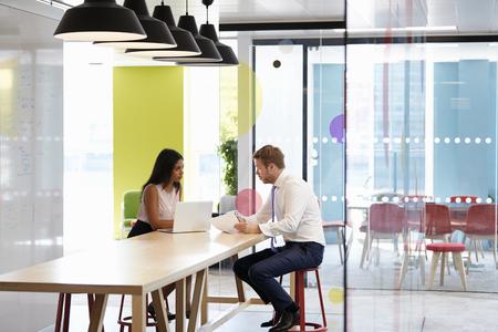 男と女の職場で非公式の会議を持っていること 写真素材