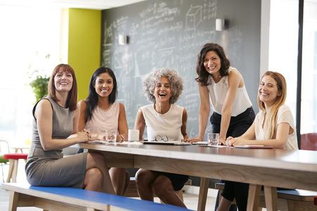 카메라에 미소 작업 회의에서 행복 여성 동료 스톡 콘텐츠