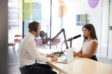 Homem jovem, entrevistar, um, mulher, em, um, rádio, estúdio