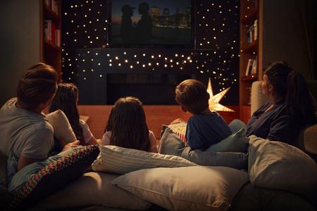 Familia disfrutando de la noche de cine en casa juntos Foto de archivo - 89905155