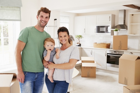 Portrait Of Family With Baby On Moving In Day Banque d'images
