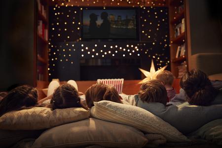 家族一緒に夜自宅で映画を楽しんで