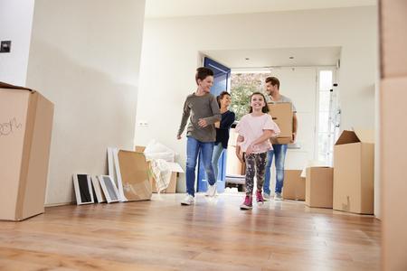 Familie Tragen Boxen in neue Heimat am Tag der Bewegung