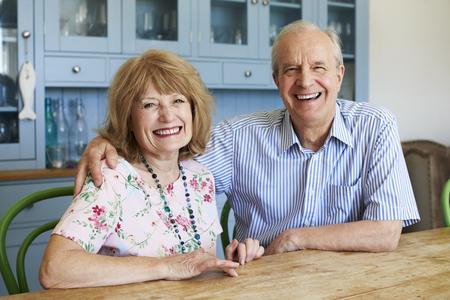 自宅のソファーに座っていた老夫婦の笑顔のポートレート