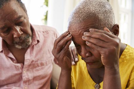 Älterer Mann, der zu Hause Frau mit Depression tröstet