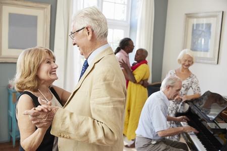 一緒にクラブのダンスを楽しんでいる高齢者のグループ