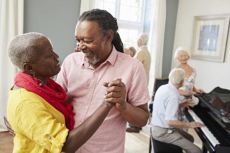 춤추는 클럽을 함께 즐기는 노인들의 그룹