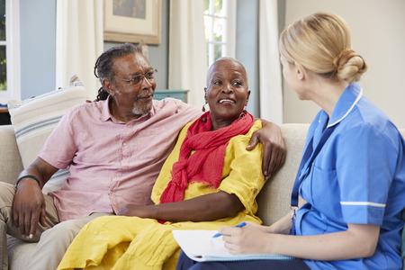 女性コミュニティ看護師訪問シニア カップル自宅