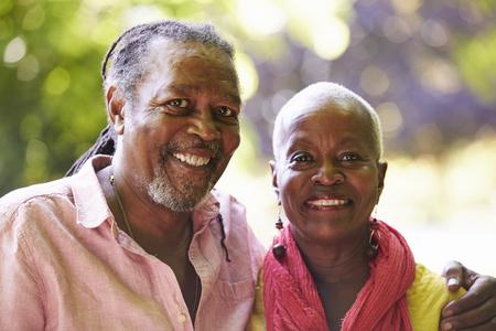 一緒に田舎で散歩に年配のカップルの肖像画
