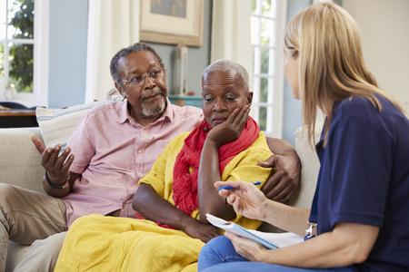 Stützarbeitskraft besucht die ältere Frau, die mit Tiefstand leidet