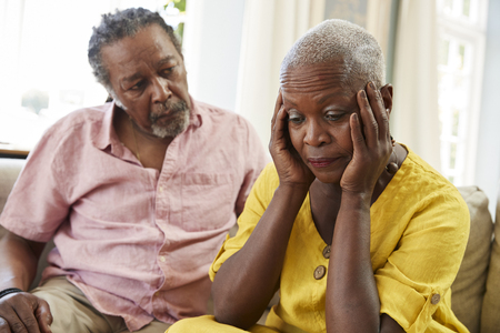 Älterer Mann , der Frau mit Depressionen zu Hause tröstet