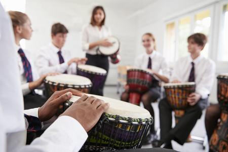 Estudiantes adolescentes que estudian la percusión en la clase de música Foto de archivo - 91537087