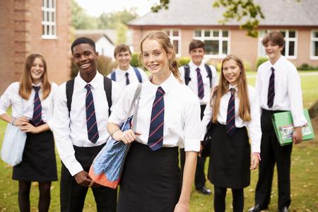 portrait d & # 39 ; étudiants adolescents en uniforme extérieur des objets scolaires