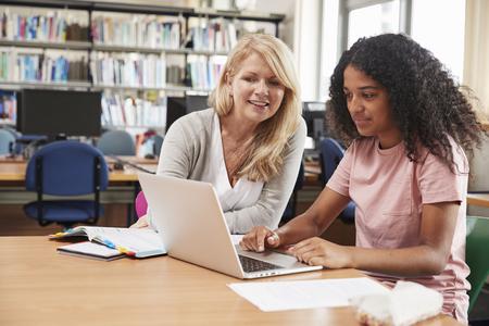 大学生は図書館の先生から個別の授業料を受け取る