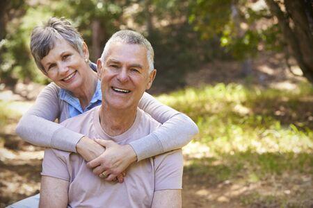 Ritratto delle coppie mature amorose in campagna insieme