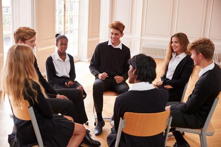 Groep Tienerstudenten die Bespreking in Klasse hebben samen