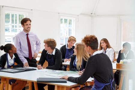 Estudiantes adolescentes escuchando a un maestro en la clase de arte Foto de archivo - 91940547
