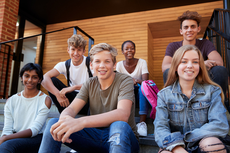 Grupo de estudiantes adolescentes socializar en el campus de la universidad juntos Foto de archivo - 91940601