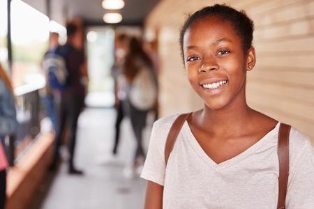 Portrait d'une étudiante adolescente au collège avec des amis Banque d'images - 91940628