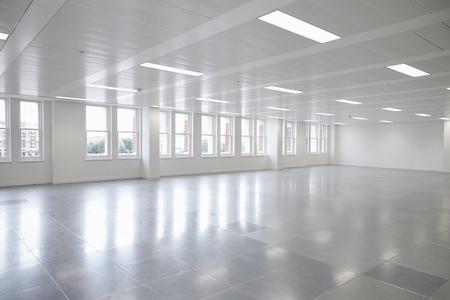 窓付きの空きオープンプランオフィススペース