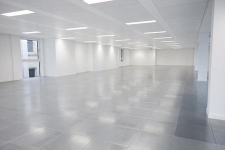 ライトが点灯した空きオープンプランオフィススペース 写真素材