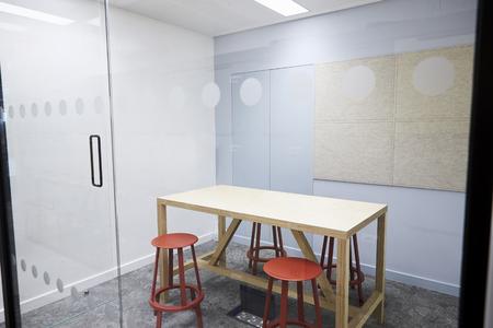 현대 비즈니스 구내에 작은 빈 회의실 스톡 콘텐츠