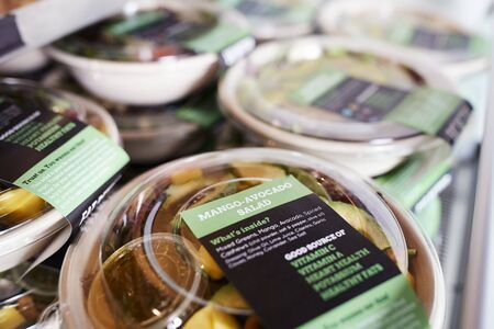 Healthy Takeaway Salads On Display In Coffee Shop Banque d'images