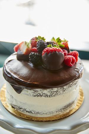 スタンドでバタークリームフロスティングと焼きたてのケーキ
