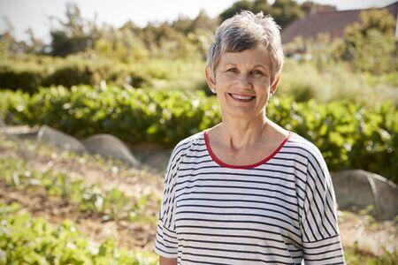 Portrait der fälligen Frau stehend auf Zuteilung Standard-Bild - 92812883