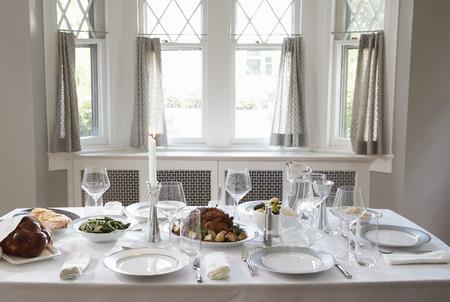 Een tafel in een joods huis voor de sjabbatmaaltijd
