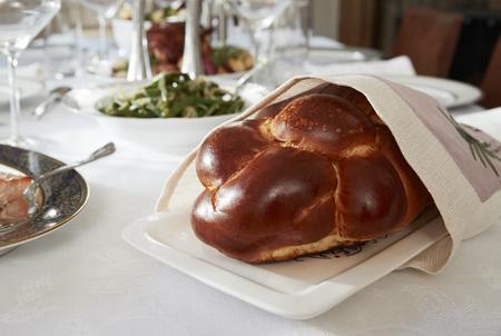 Challahbrood op een lijst voor Joodse Shabbat, dichte omhooggaand wordt geplaatst die Stockfoto