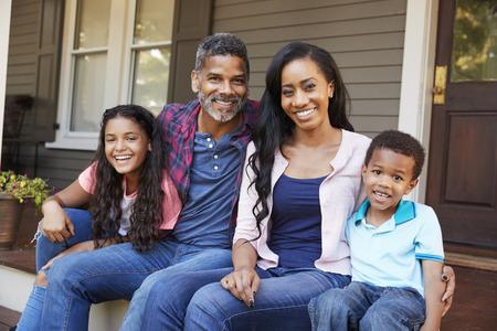 아이들과 가진 가족은 집의 현관까지 선도하는 단계에 앉는다