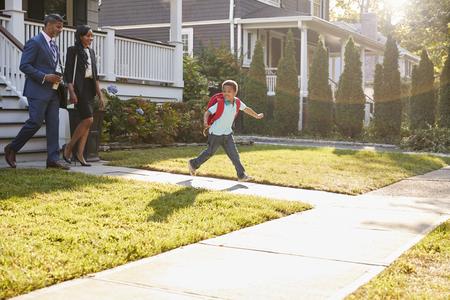Empresaria padres caminando hijo a la escuela en forma de trabajo Foto de archivo