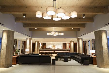 Leerer Stangenaufenthaltsraumbereich in den modernen Geschäftsräumen, breiter Schuss