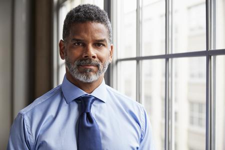 カメラを見ている中年の黒人ビジネスマン 写真素材