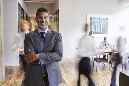 Ritratto di uomo di colore di mezza età in un luogo di lavoro moderno occupato Archivio Fotografico