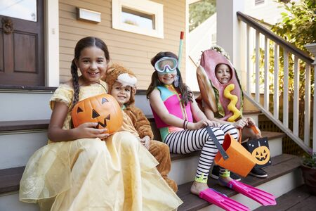 Children Wearing Halloween Costumes For Trick Or Treating Standard-Bild
