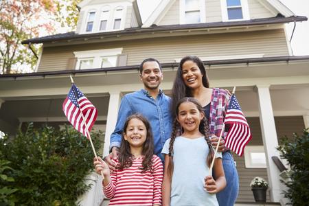 미국 국기를 들고 집 밖에 서의 초상화 스톡 콘텐츠