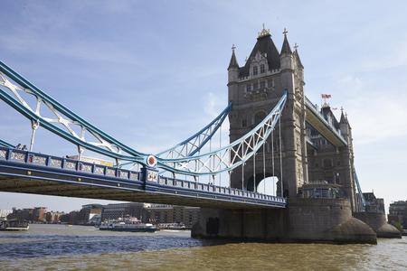 ロンドン - MAY, 2017: テムズ川のタワーブリッジ, シティ・オブ・ロンドン, ロンドン, 閉じる