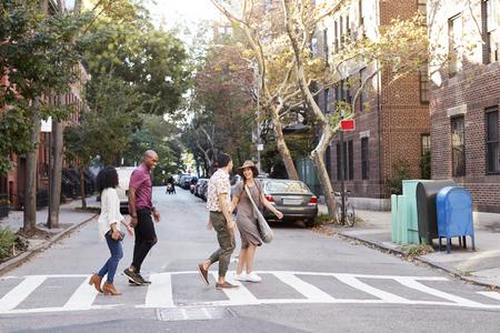 Group Of Friends Crossing Urban Street In New York City Archivio Fotografico
