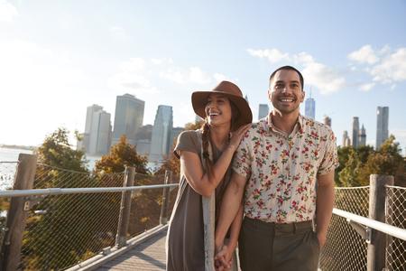 マンハッタンのスカイラインを背景にニューヨークを訪れるカップル 写真素材