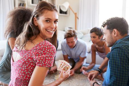 Portret van Vrienden thuis Speelkaarten samen Stockfoto